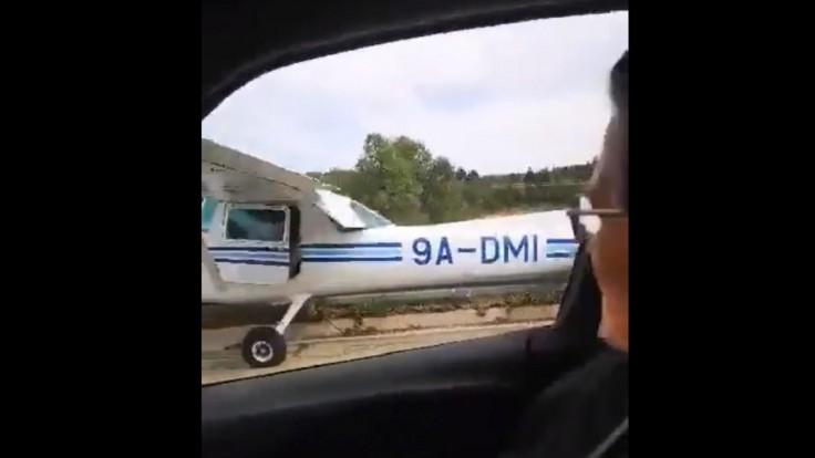 Chorvátov na vyťaženej diaľnici prekvapilo pristávajúce lietadlo