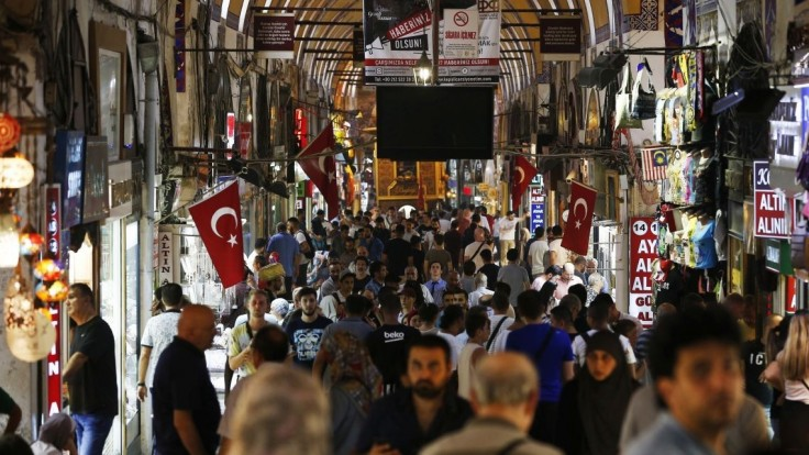 Lejak zatopil známe trhovisko v Istanbule a uväznil ľudí na cestách
