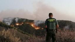Obľúbený kanársky ostrov sužujú plamene, šíreniu pomáha silný vietor
