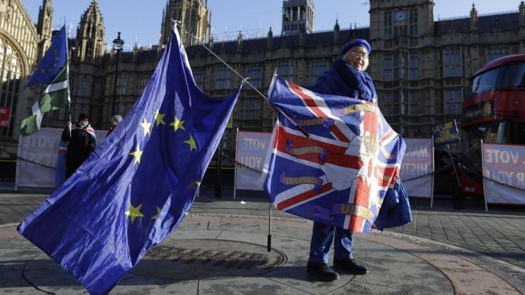 Čelíme kríze. Britskí poslanci žiadajú okamžité zvolanie parlamentu