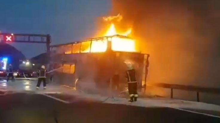 Český autobus zhorel na diaľnici, 49 turistov vyviazlo bez zranenia