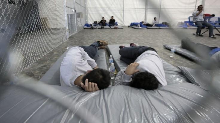 Zadržali ďalšie stovky migrantov, grécke tábory sú už preplnené