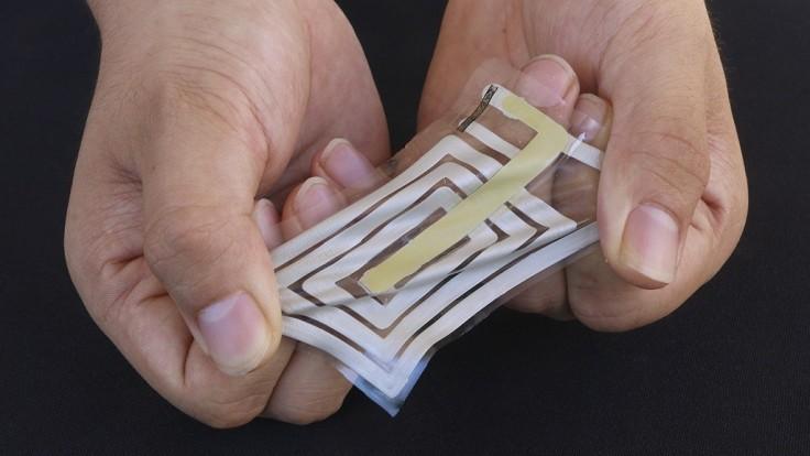 Naťahovateľný senzor sleduje zdravie svojho nositeľa cez kožu