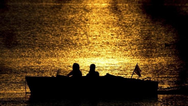Hľadajú prominentného producenta, spadol do poľského jazera