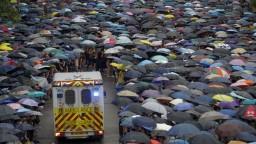 Vláda v Hongkongu sľúbila dialóg, stanovila si však podmienku