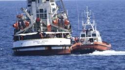 Ľudia už skákali do mora. Open Arms po dlhom čakaní zakotvila