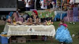 Sochy, stĺporadia, doláre. Balkán ukrýva gýčové rómske paláce