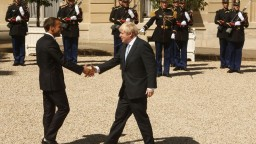 Johnson pokračuje v turné po Európe, v Paríži ho prijal Macron