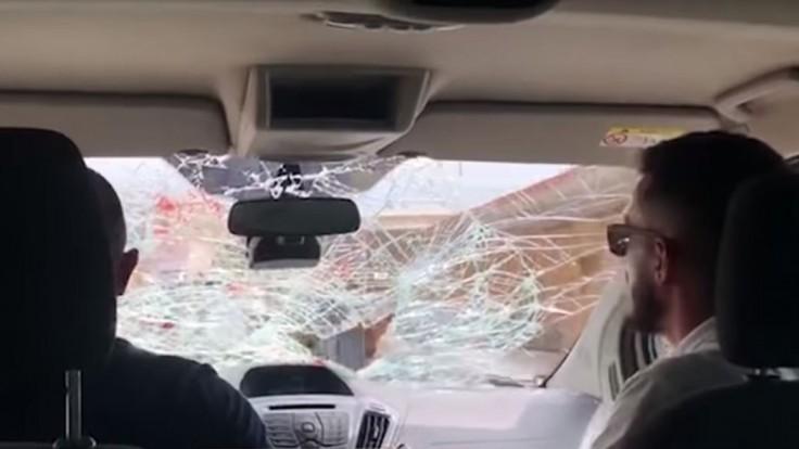 Albánec za jazdy vytrhával turistom čelné sklo. Trest ho neminul
