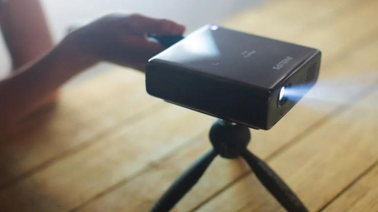 Prenosný mini projektor Philips PicoPix Max zaujal dav ľudí