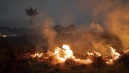 Na požiare, ktoré ničia prales, nasadia špeciálny Boeing s vodou
