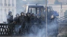 Úvod summitu sprevádzali potýčky, demonštranti útočili kameňmi