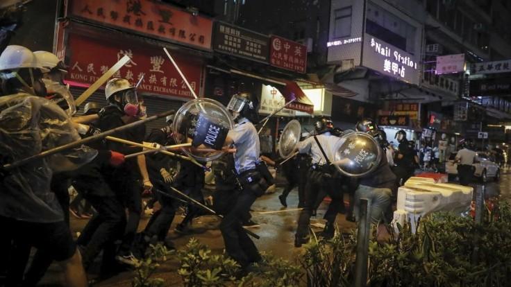 Demonštrácie sa vyhrotili. Po násilnostiach zadržali desiatky ľudí