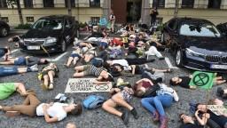 Pred ministerstvom ležali desiatky mladých, chcú zachrániť planétu