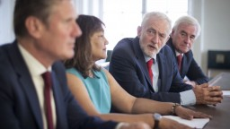 Corbyn spája brexit bez dohody s USA, má obavu z Trumpa