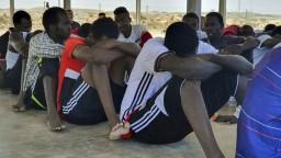 Pri pobreží Líbye sa prevrhla loď s migrantmi, obetí sú desiatky