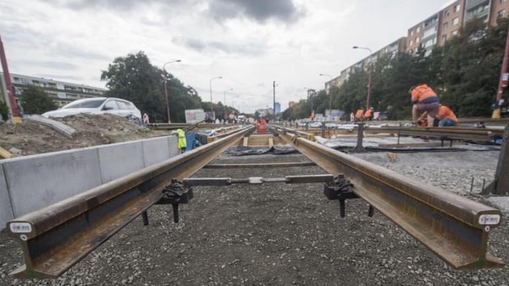 Vynovená električková trať v Karlovej Vsi v septembri nebude