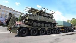 Banskou Bystricou sa presúvali tanky, pochodovali stovky vojakov