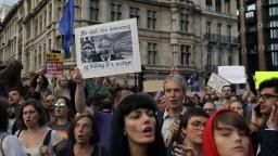 Činnosť britského parlamentu prerušia, búria sa poslanci i verejnosť