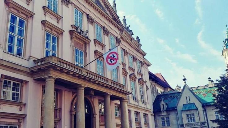 Primátor Bratislavy sa hlási k odkazu SNP antifašistickou vlajkou