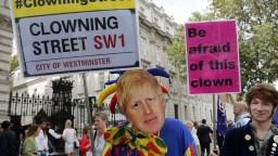 Johnson chce prerušiť fungovanie parlamentu, Londýn protestuje