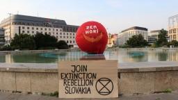 Zem horí, bratislavskú Planétu mieru obalili do červenej látky