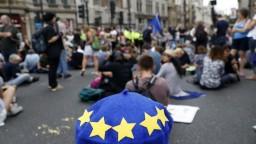 Nejde iba o brexit, ohrozená je demokracia. Zdôrazňujú demonštranti