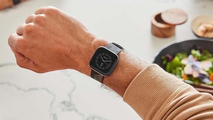 Fitness hodinky Fitbit Versa 2 získali digitálnu asistentku Alexa