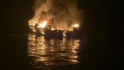 Loď s desiatkami ľudí na palube zachvátil požiar, hlásia mŕtvych