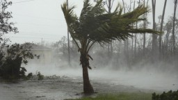 Ničivý hurikán Dorian bičuje Bahamy. Živel si vyžiadal prvé obete