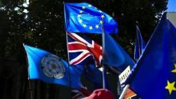 Nechcú neriadený brexit. Britskí poslanci sa postavili proti vláde