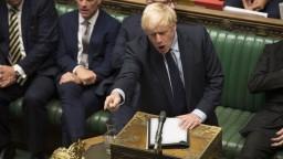 Britský premiér po fiasku v parlamente navrhol predčasné voľby