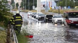 Bratislava začala riešiť večný chaos po zrážkach, čistí vpusty