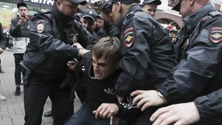 Protesty v Moskve majú dohru, dvaja muži idú na roky za mreže