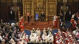 Lordi nezablokujú britských poslancov, ktorí zakázali tvrdý brexit