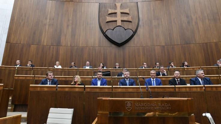 Premiér mal čeliť odvolávaniu, parlament nebol uznášaniaschopný