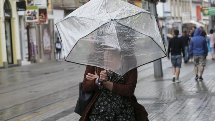 Čaká nás upršaný víkend, silné dažde môžu zdvihnúť hladiny riek