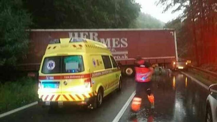 Zrazil sa nákladiak s autom, cestu museli po nehode uzavrieť