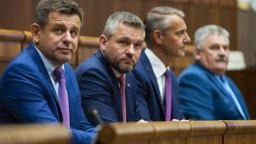 Opozícia chce odvolať premiéra, diskusia trvala takmer 11 hodín
