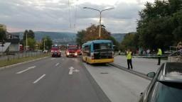 Nehodu autobusu, ktorý zakliesnil ženu, vyšetruje polícia