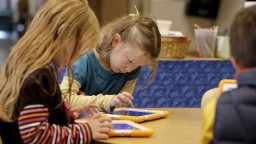 Pozeranie do obrazovky môže deťom škodiť aj im pomôcť