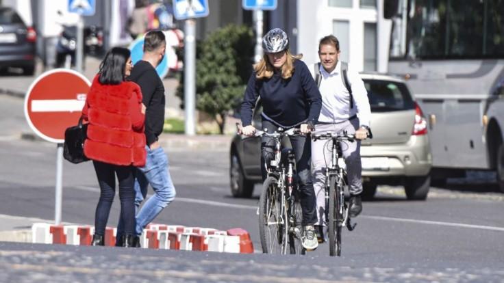 Matečná vyšliapala k parlamentu na bicykli, podporuje ekodopravu