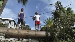 Humberto ničí Bermudy, nad oceánom vznikli ďalšie ničivé živly