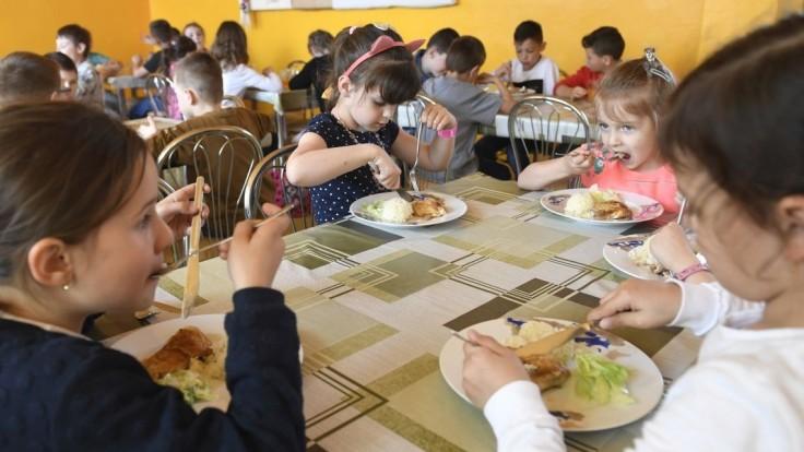Zabudne sa dieťa odhlásiť z obeda? Jedlo budete musieť zaplatiť