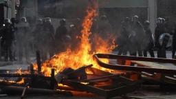 V Hongkongu stúpa napätie, demonštranti pálili čínske vlajky