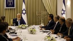 Prezident chce vo vláde Likud i Modrú a Bielu, tí to však odmietajú