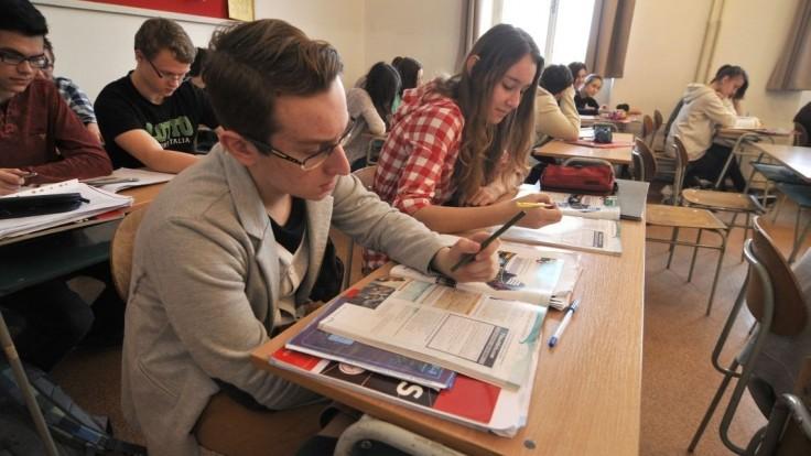Rezort zvýšil štipendiá, študentov chce pritiahnuť do lavíc