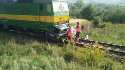 Nákladný vlak narazil do auta, celá posádka zahynula