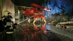 Požiar v Trnave je pod kontrolou, chemikálie zaliali hasiči penou