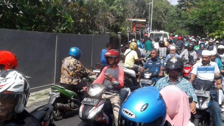 Ľudia v panike vybehli na ulicu. Indonéziu zasiahli silné otrasy
